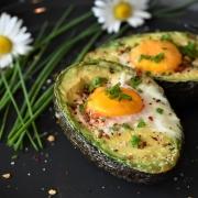 Lekker Ontbijt: Avocado met Ei uit de Oven
