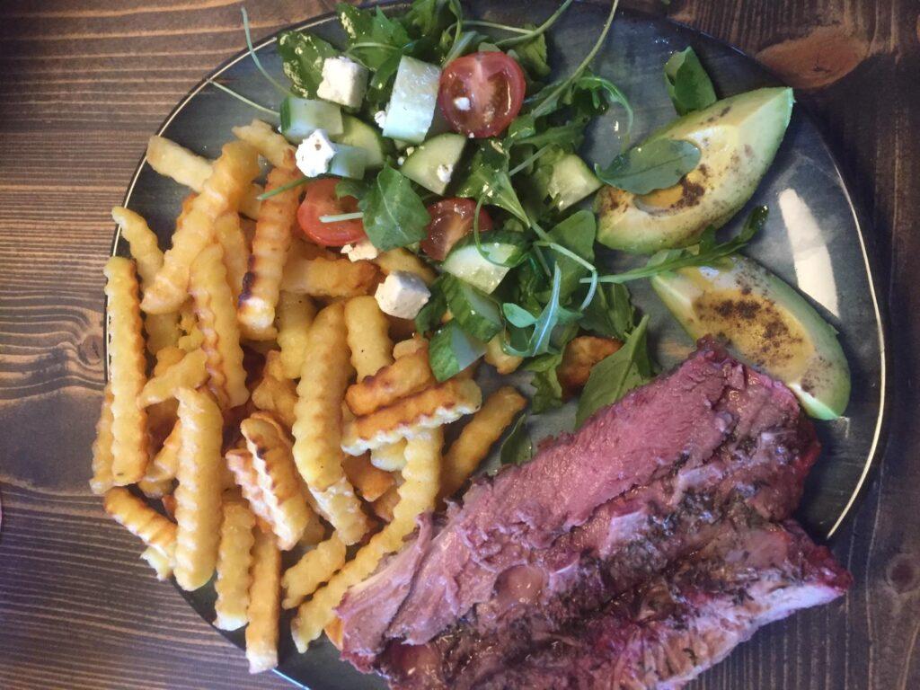 Lamszadel met salade en patat
