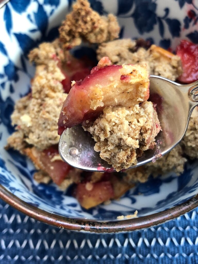 Glutenvrije bramen- en appelkruimel close-up